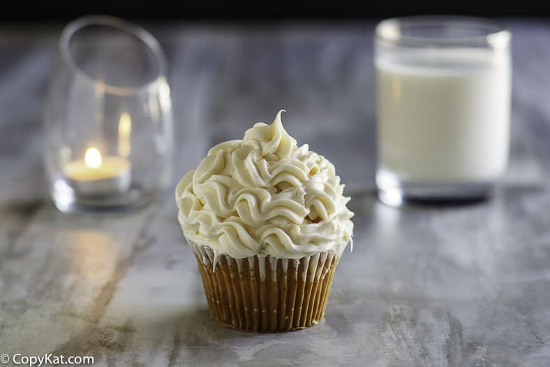 Make your own delicious Publix Buttercream Icing at home with this copycat recipe.   This icing sets up perfectly, and tastes wonderful.