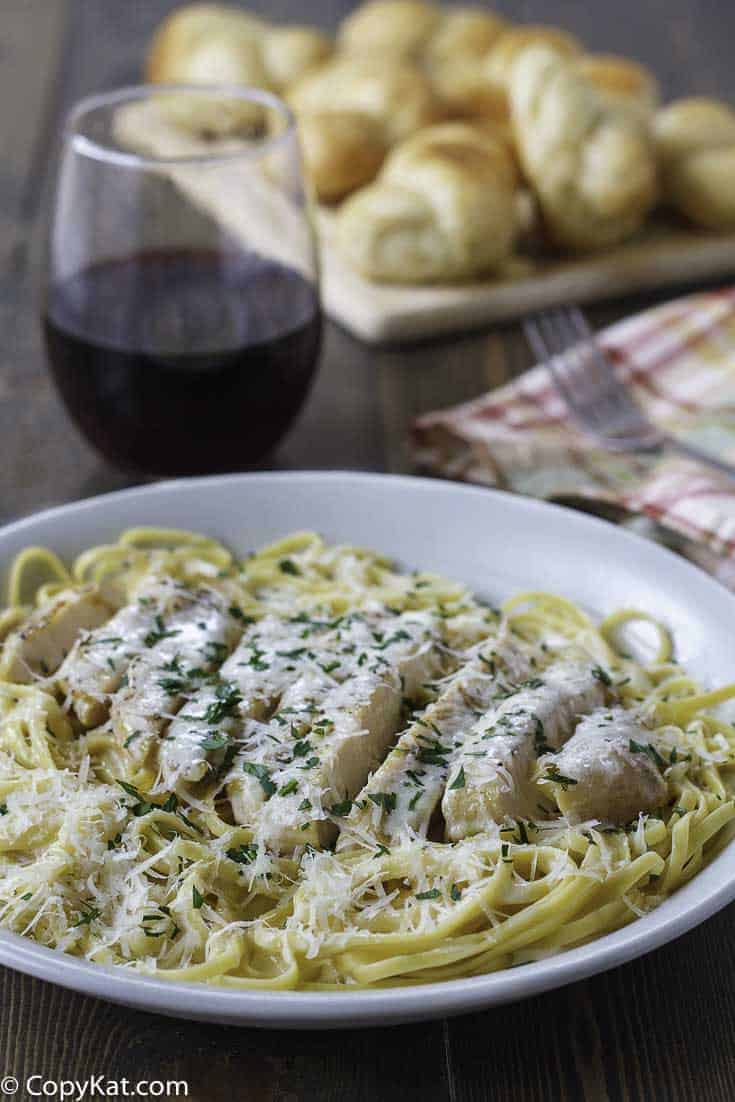 Olive Garden Grilled Chicken Alfredo is a delicious meal that is easy to make.  Enjoy this classic Olive Garden copycat recipe tonight.