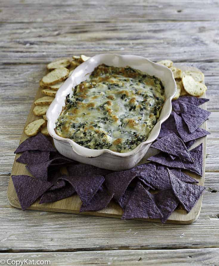 """""""You are going to love this famous appetizer from the Olive Garden, don't miss out on the Olive Garden Spinach-Artichoke Dip"""